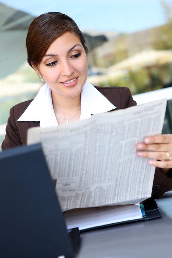 Hübsche hispanische Geschäftsfrau lizenzfreies stockbild