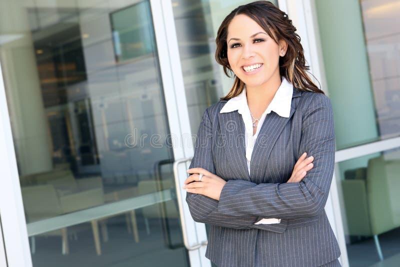 Hübsche hispanische Geschäftsfrau lizenzfreie stockfotos
