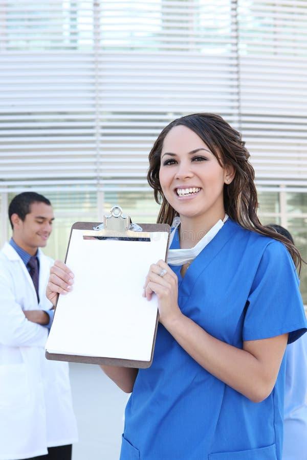 Hübsche hispanische Krankenschwester am Krankenhaus stockfotografie
