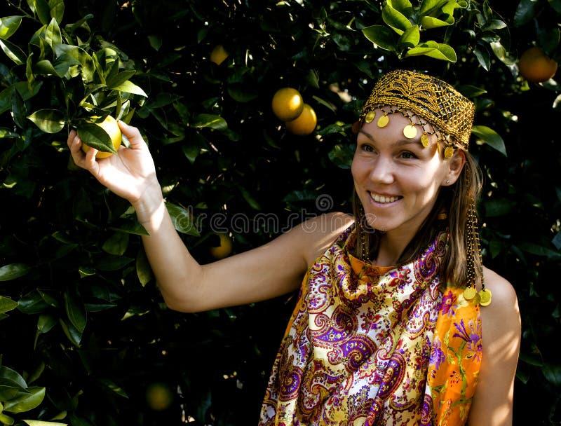 Hübsche Islamfrau in der orange Waldung lächelnd, wirkliches moslemisches Mädchen nett lizenzfreie stockbilder