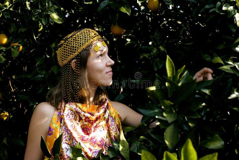 Hübsche Islamfrau in der orange Waldung lächelnd, wirkliches moslemisches Mädchen nett lizenzfreie stockfotografie