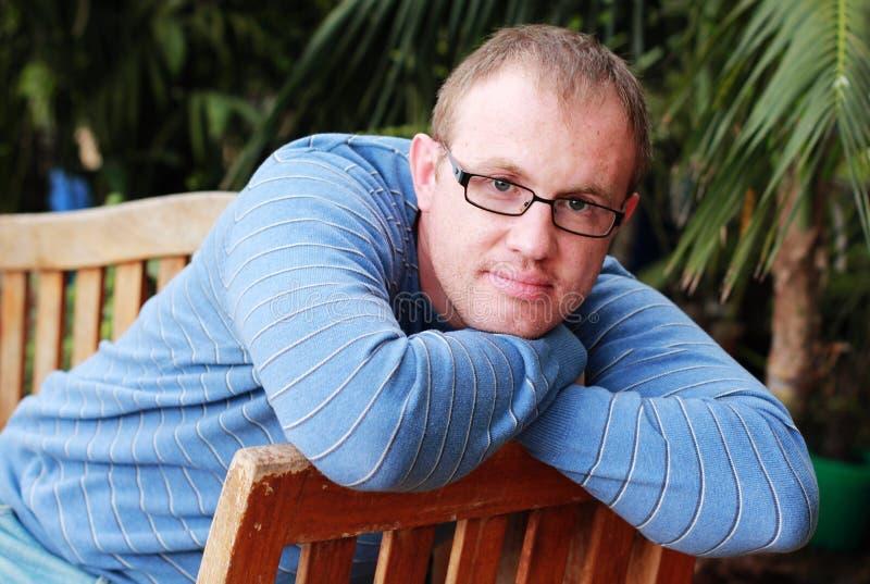 Hübsche 35 Jahre alte Mann stockbild. Bild von gras