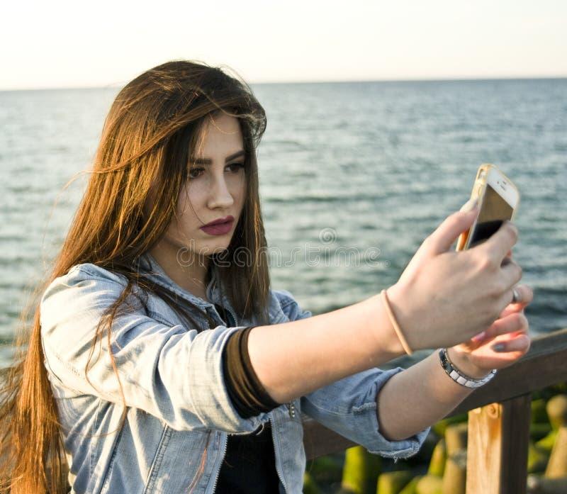 Hübsche Jugendliche, die selfie nimmt stockfotos