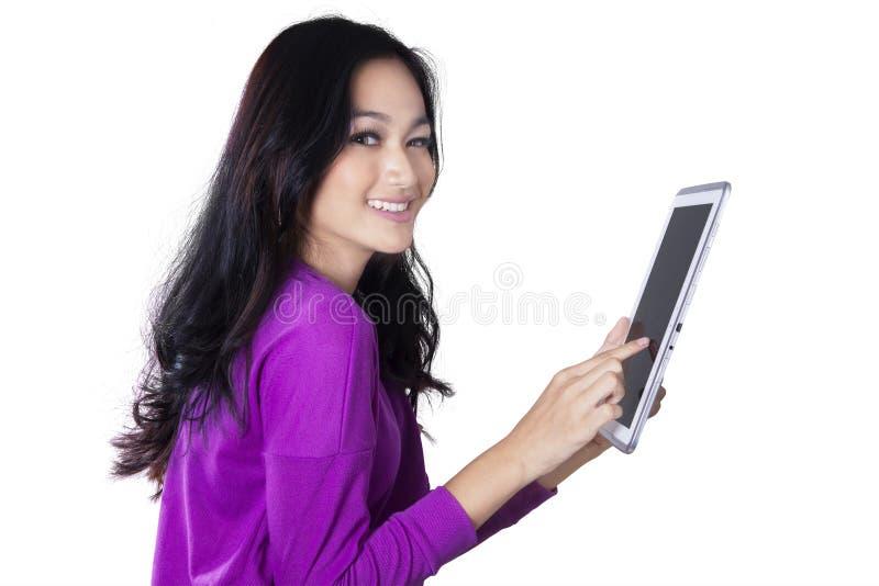 Hübsche Jugendliche hält Tablette lizenzfreies stockfoto