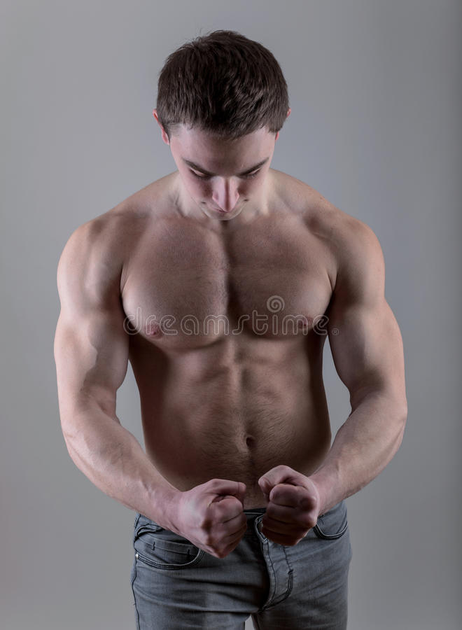 Hübsche junge Bodybuilderaufstellung stockfotografie