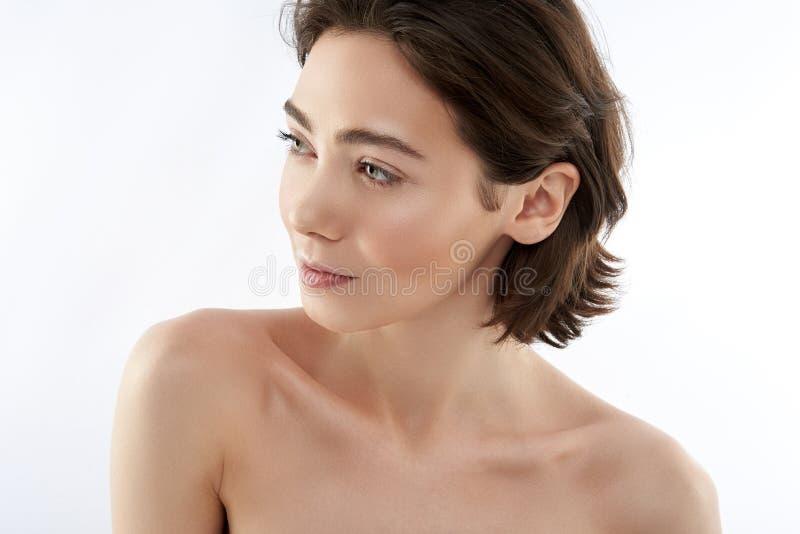 Hübsche junge brunette Frau lokalisiert auf Weiß stockfoto