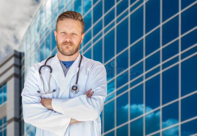 Hübsche junge erwachsene männliche Front Doktor-With Beard In des Krankenhauses lizenzfreie stockfotografie