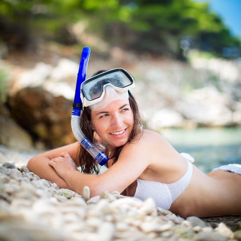 Hübsche, junge Frau auf einem Strand lizenzfreie stockfotografie