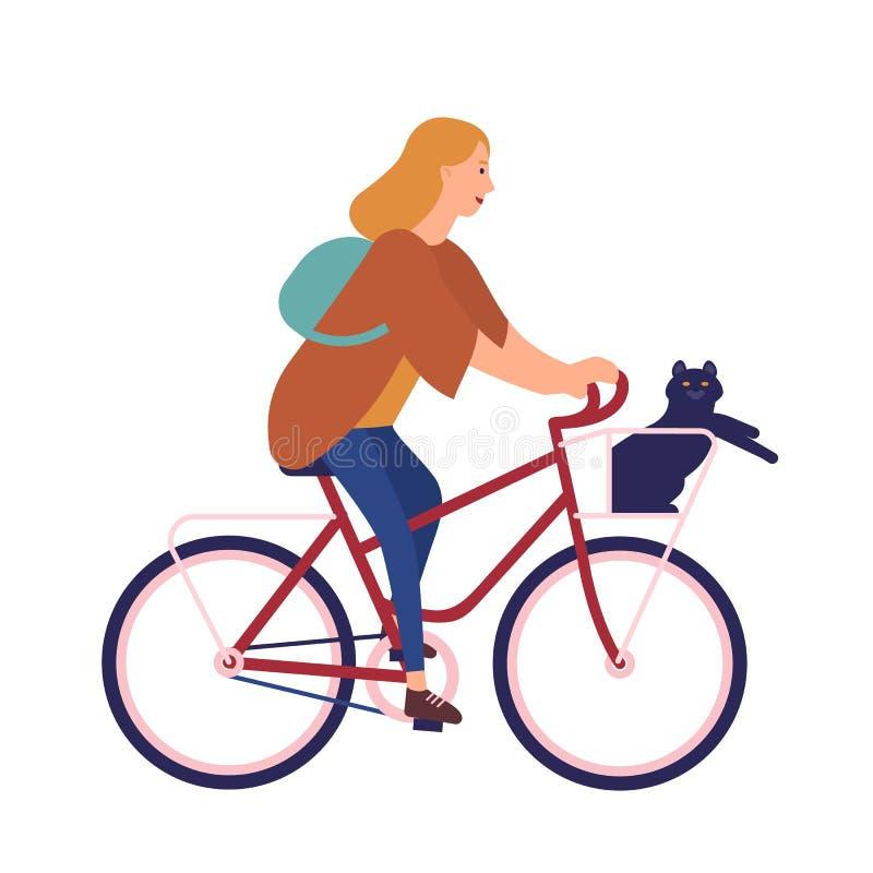 Hübsche junge Frau gekleidet in der zufälligen Kleidung, die Fahrrad mit der Katze sitzt im Korb reitet Nettes Mädchen auf Fahrra lizenzfreie abbildung