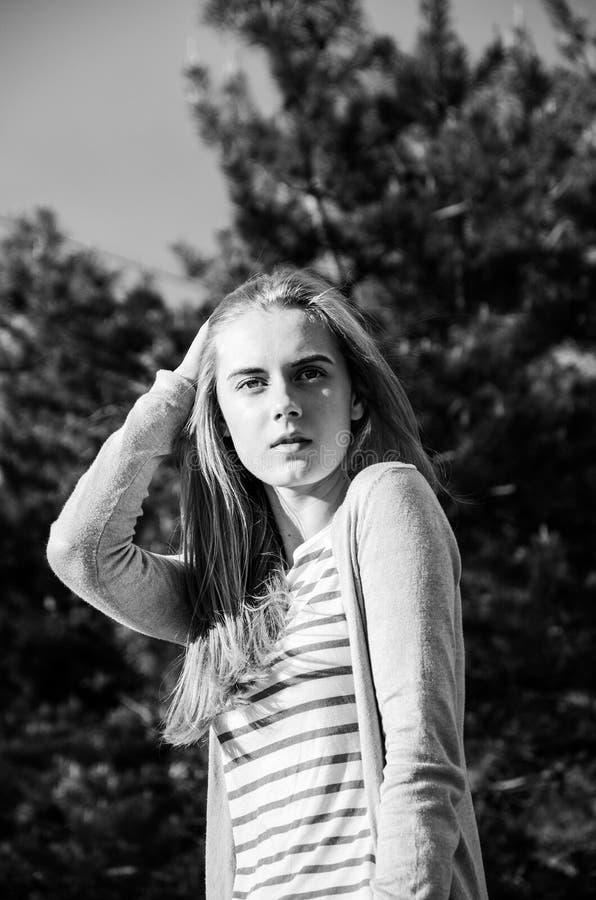 Hübsche junge Frau untersucht den Abstand stockfotos