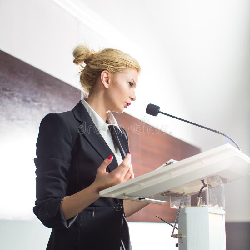 Hübsche, junge Geschäftsfrau, die eine Darstellung gibt lizenzfreie stockfotografie