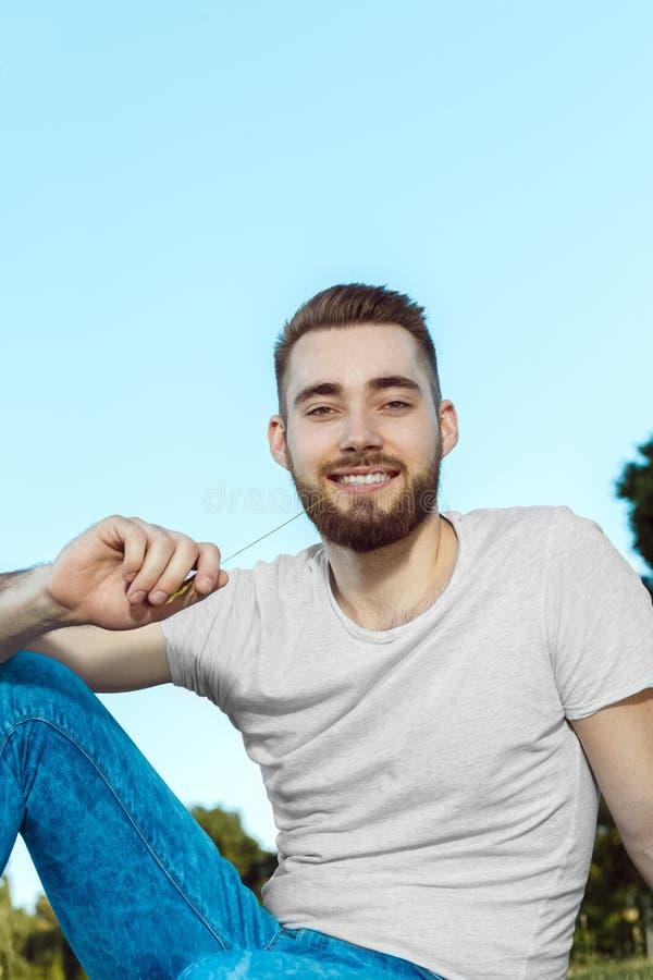 Hübsche Junge Männer, Die Im Park Sitzen Stockbild - Bild