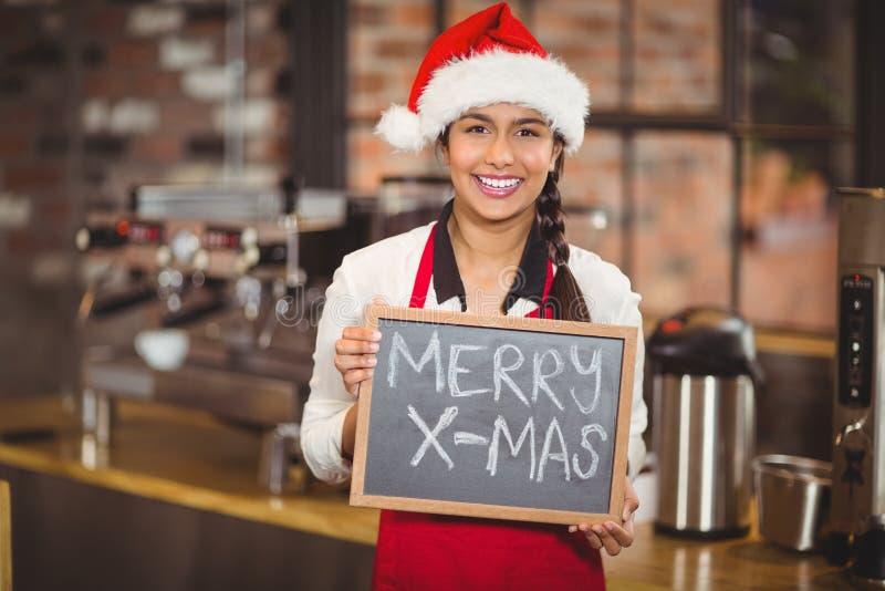Hübsche Kellnerin mit einem fröhlichen Weihnachten der Tafel lizenzfreie stockfotos