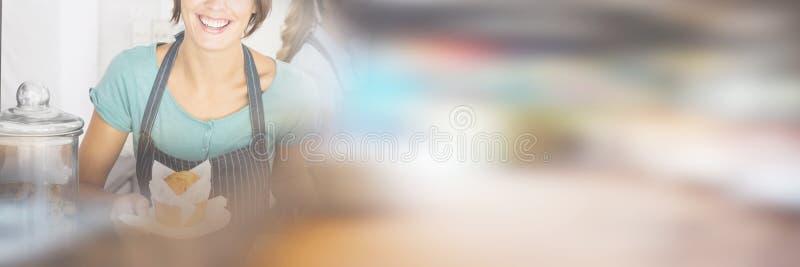 Hübsche Kellnerinnen, die mit einem Lächeln arbeiten lizenzfreie stockbilder