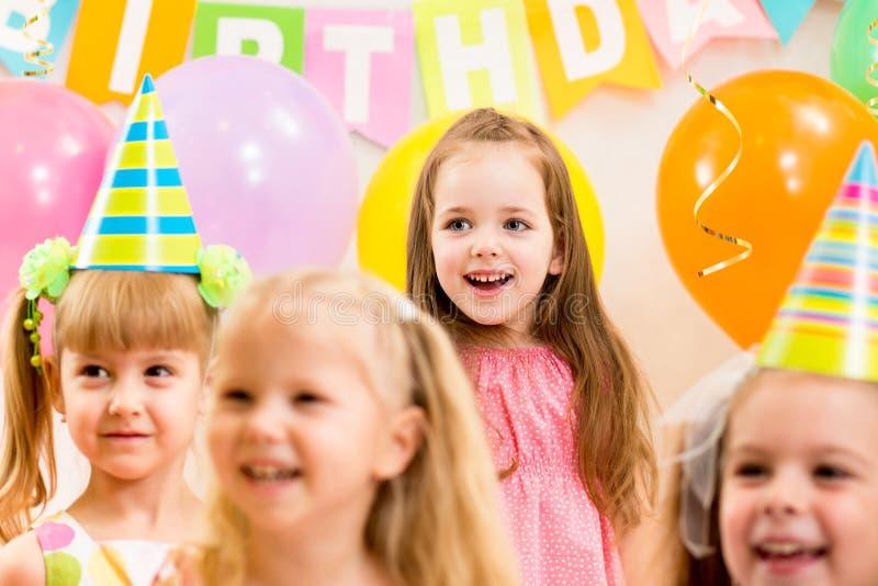 Hübsche Kinder auf Geburtstagsfeier lizenzfreies stockfoto