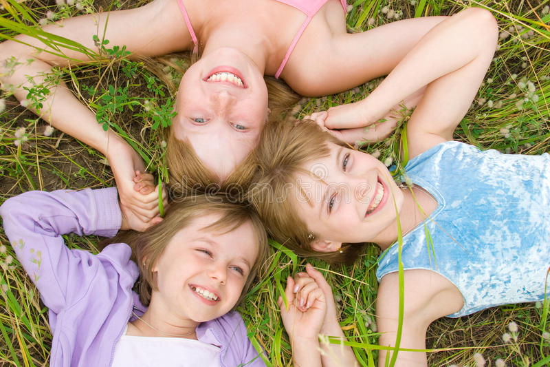 Hübsche Kinder und Jugendlichmädchen auf grünem Gras stockbild