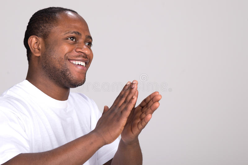 Hübsche klatschende Hände des schwarzen Mannes lizenzfreie stockfotos