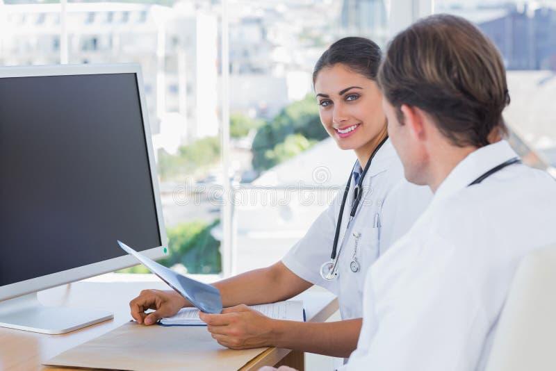 Hübsche Krankenschwester, die einen x-Strahl hält lizenzfreies stockfoto