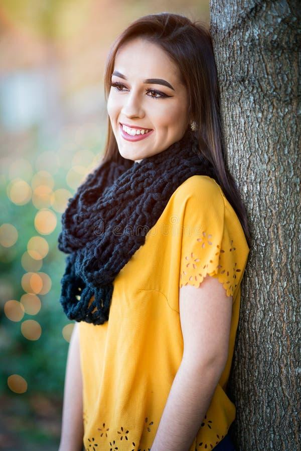 Hübsche lächelnde Frau lizenzfreie stockfotografie
