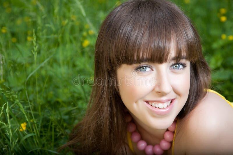 Hübsche lächelnde Mädchenentspannung im Freien lizenzfreie stockbilder