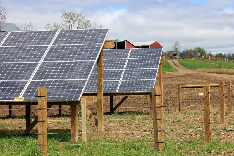Hübsche Landschaft mit Sonnenkollektoren stockfoto