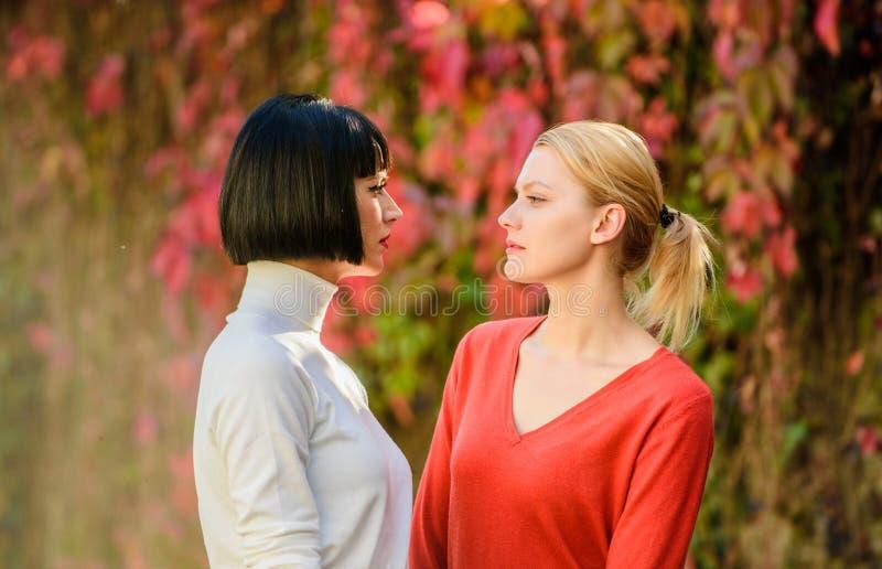 Hübsche Mädchen Freunde Schwestern. Augenkontakt. Frauen, die sich gegenseitig achten. Rivalität und Führung. Blonde stockfoto