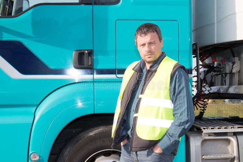 Hübsche männliche Stellung des LKW-Fahrer-Mannes außerhalb der Kabine lizenzfreie stockfotos