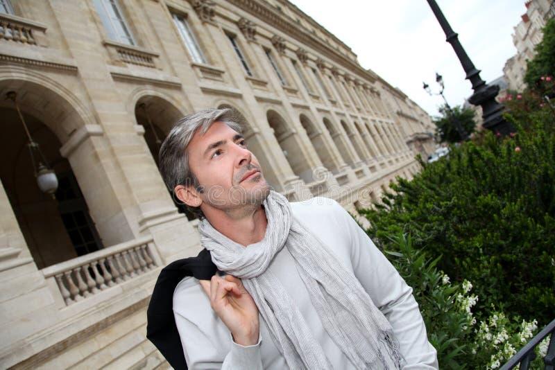 Hübsche Mitte gealterte Mannbesichtigung in der Stadt stockfotos
