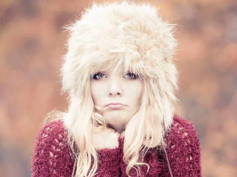 Hübsche Modefrau in glaubender Kälte des Winterhutes lizenzfreie stockbilder