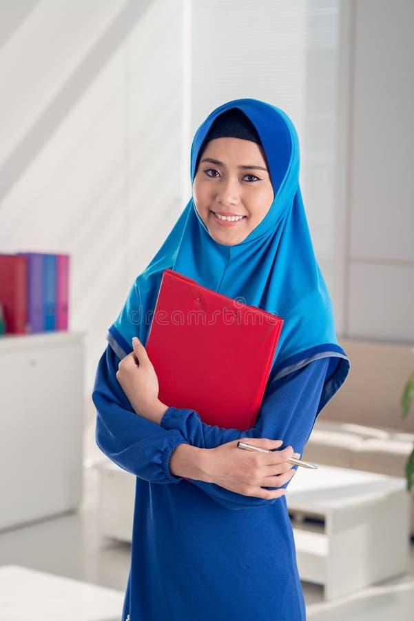Hübsche moslemische Geschäftsfrau lizenzfreies stockbild