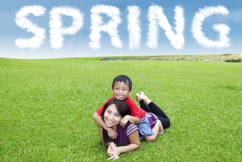Hübsche Mutter mit ihrem Sohn am Park lizenzfreies stockfoto