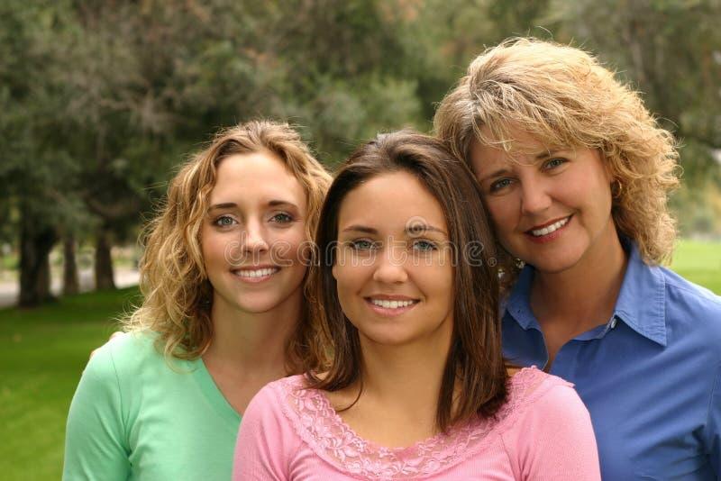 Hübsche Mutter mit Töchtern lizenzfreies stockbild
