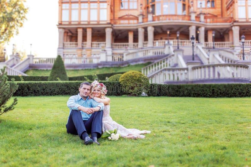 Hübsche Paare, die in einem städtischen Park umarmen und flirten lizenzfreies stockfoto