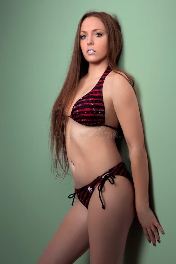 h bsche rothaarige in einem bikini stockfoto bild von. Black Bedroom Furniture Sets. Home Design Ideas