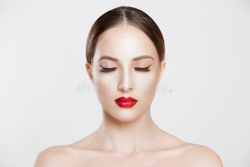 Hübsche Schönheitsmädchenaugen schlossen nackte Schultern der langen Augenbrauen der Wimpern dunklen Weißes graues Studio des vor lizenzfreies stockbild