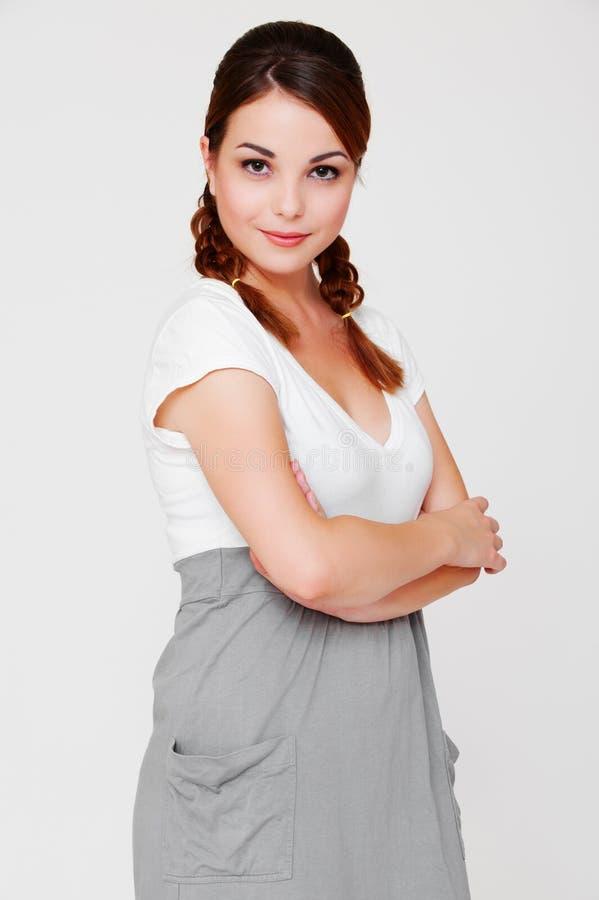 Hübsche smileyfrau im Kleid lizenzfreie stockfotos