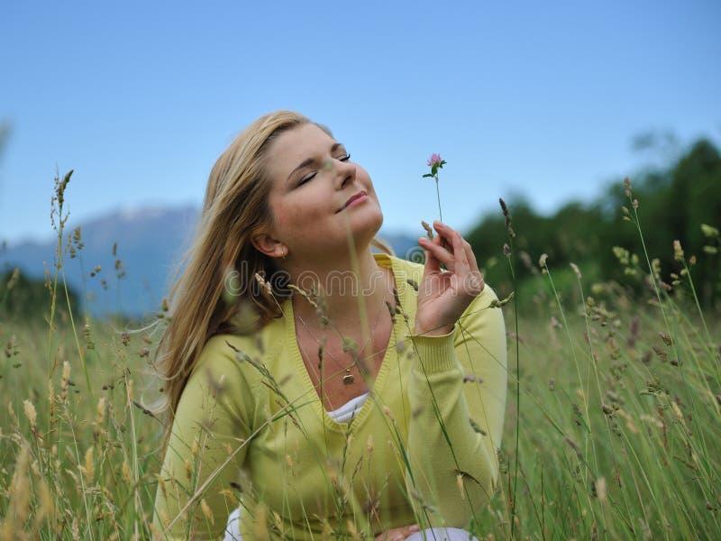 Hübsche Sommerfrau draußen auf grünem Feld lizenzfreies stockfoto