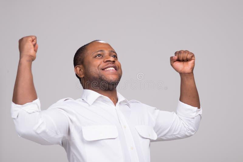 Hübsche Stellung und Lächeln des schwarzen Mannes lizenzfreie stockbilder