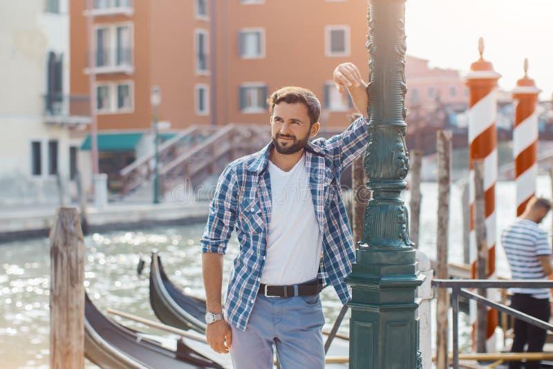 Hübsche touristische Mann-Reise in Venedig, Italien lizenzfreies stockfoto
