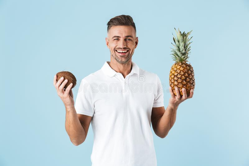 Hübsche tragende weiße Stellung T-Shirt des jungen Mannes stockfotografie
