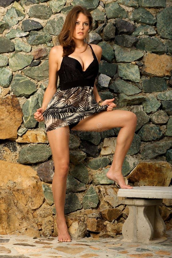 Hübsche weibliche vorbildliche Aufstellung. lizenzfreies stockbild