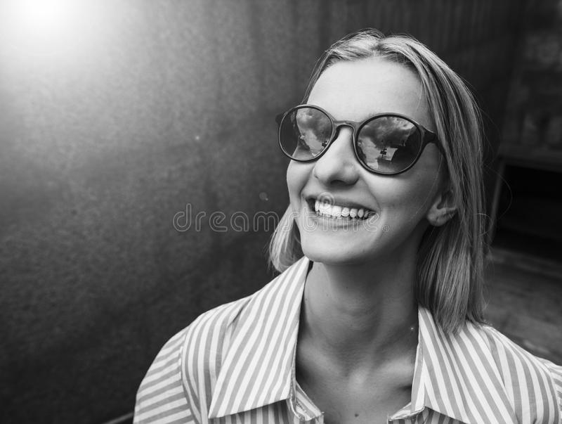 Hübsche ypung Frau beim Glaslächeln Tag, im Freien stockfoto