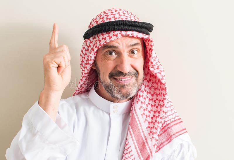 Hübscher älterer arabischer Mann zu Hause stockbild