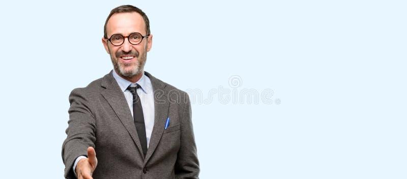 Hübscher älterer Mann über blauem Hintergrund stockfoto