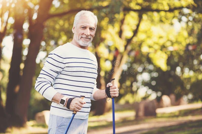 Hübscher älterer Mann, der sein Training genießt stockbild