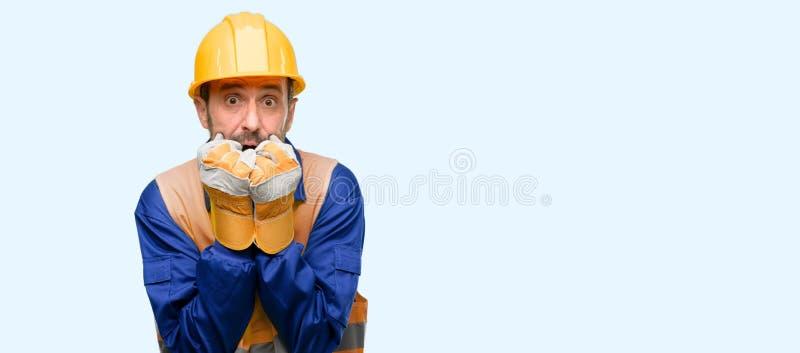 Hübscher älterer Mann lokalisiert über blauem Hintergrund stockbilder