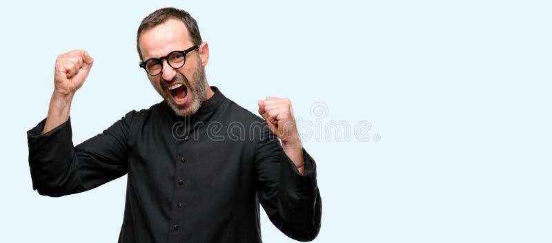 Hübscher älterer Mann lokalisiert über blauem Hintergrund lizenzfreies stockbild