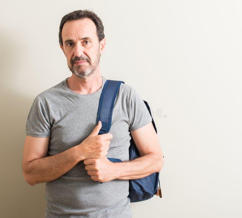 Hübscher älterer Mann zu Hause lizenzfreie stockfotos