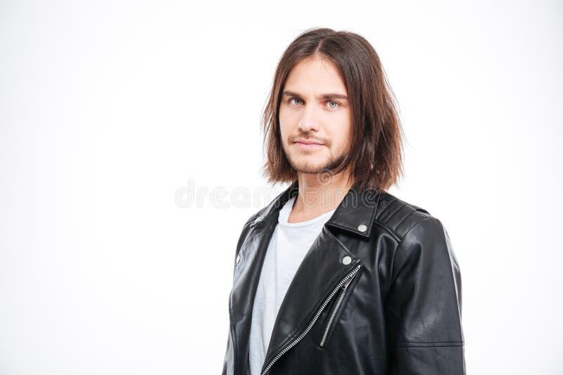 Hübscher überzeugter junger Mann in der schwarzen Lederjacke stockbilder