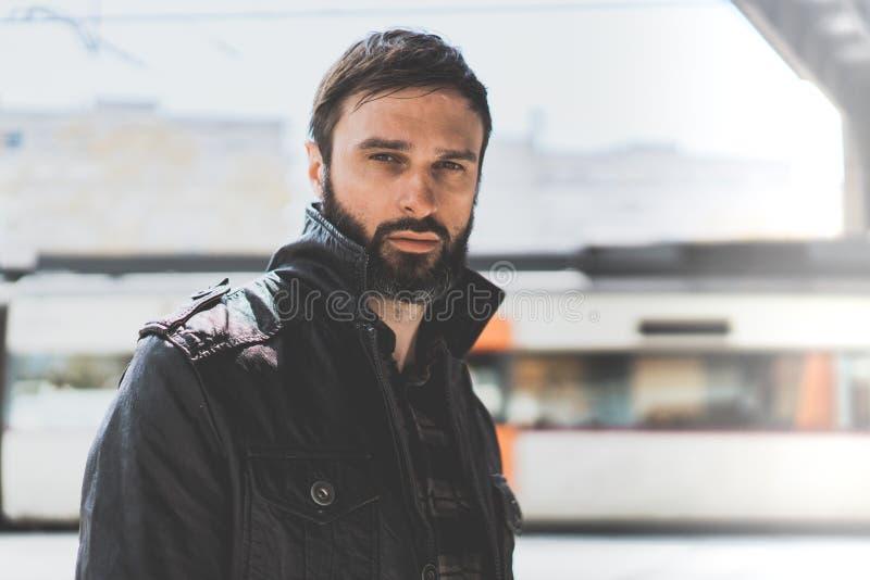 Hübscher überzeugter reifer Mann mit Bart auf unscharfem Hintergrund Moderner kühler Mann kleidete in der stilvollen Kleidungsauf stockfotos